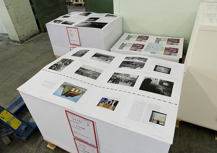 To paller med ferdig trykte ark, 1.500 sider, ligger til tørk i påvente av tilskjæring, ferdiggjøring og innbinding. (Foto: Morten M. Løberg)